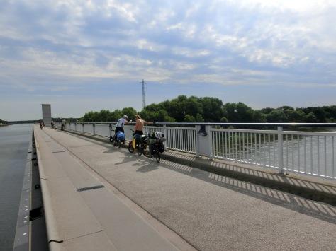 Der Mittellandkanal überquert kurz vor Magdeburg die Elbe