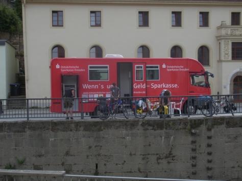 Durch das Hochwasser ist sogar der Sparkassenautomat in einem LKW untergebracht