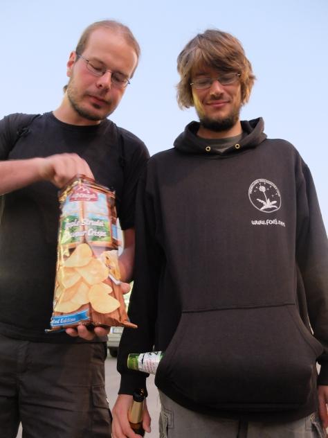 Apfelstrudelchips und 2-l-Bierflasche... diese Jungs!
