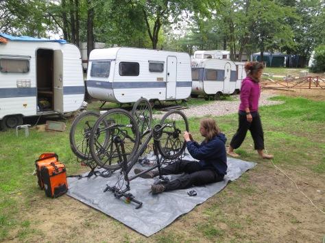 Marcel beim Reparieren und unser Wohnwagen